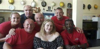 Visita Adele a bomberos tras incendio en Londres
