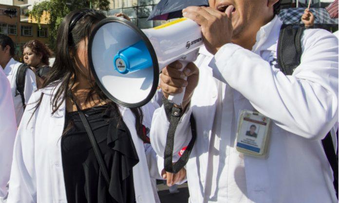 Protestan médicos en el Zócalo de la CDMX